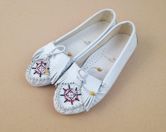 Vintage Beaded Leather Moccasins -White 80s Flats w/ Fringe - Native American Style Festival Shoes - Bohemian Hippie - Womens Size 9