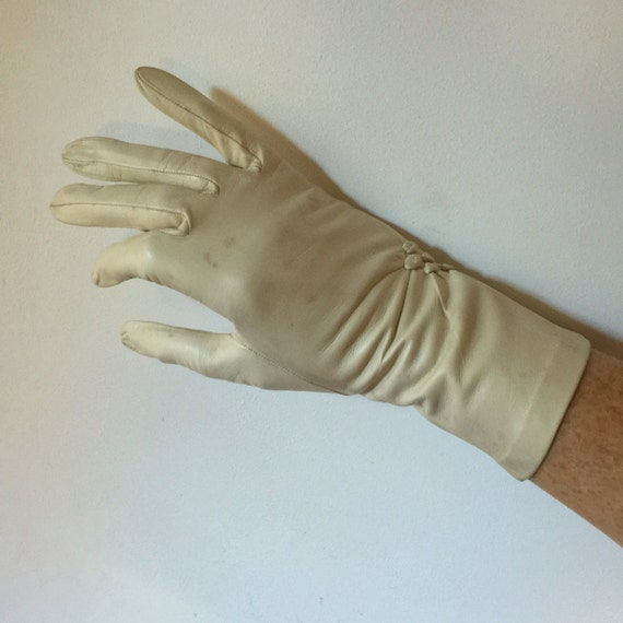 1940s gloves cream leather short accessory 40s shorties vintage wedding bridal bridesmaid Dents ruched detail size 6 6.5 1950s Goodwood