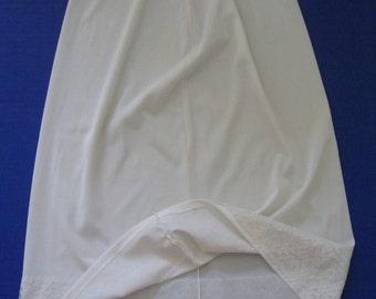 1960s-70s vintage Vassarette Hollywood creamy off-white/ivory half slip, lace, size small