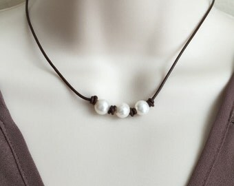 Freshwater Pearl Necklace. White Pearl Choker. Leather Necklace. Pearl on Leather Necklace. Hand Knotted Pearl Necklace. Bohemian Necklace.