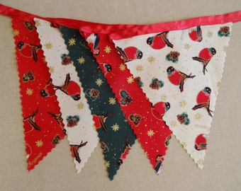 3m (10ft) - Christmas Bunting - Robins on Red, Green & Cream - Red Satin Ribbon - 14 flags