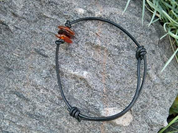 Bracelet pour homme en cuir. Charme authentique d'ambre de la Baltique. Cadeau pour lui le petit ami de papa