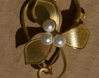 Gold toned faux pearl brooch