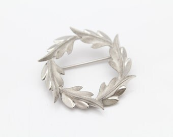Vintage Curtis Jewelry Wreath Brooch with Contrast Texture in Sterling Silver. [10321]