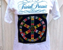 NOS RARE Vintage Retro Estate 1981 Trivial Pursuit Game T-Shirt Collegiate Pacific Tee Size M Board Game Toys