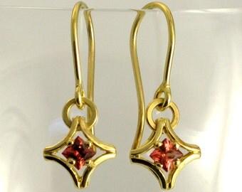 GARNET 18k Gold Drop Earrings 'KARO', Dangle Earrings with Princess Cut Malayan Garnets, Contemporary 18k Gold Earrings, January Birthstone