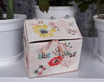 handmade jewelry box, house embroidered by hand, casket handmade, ooak, helene le berre, cross stitch
