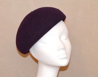 Felt beret with small studs.
