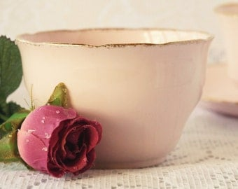 A Royal Vale pink vintage sugar bowl, so pretty. Made by Colcloughs in the 1940s.