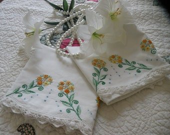 Beautiful 50s Vintage Woodland Flowers & French Knots Pillowcases
