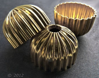 Corrugated brass bead caps, 14x10mm pkg of 4. b9-2127(e)
