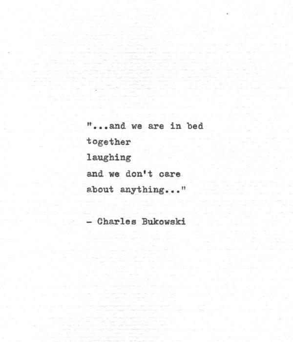 Charles Bukowski Schreibmaschine Zitat .. im Bett