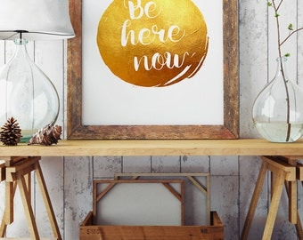 Be here now - Quote Print - Golden Illustration - Inspirational Words