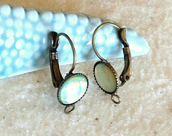 A pair earrings sleepers very light green iridescent / bronze sleepers support / support cabochon