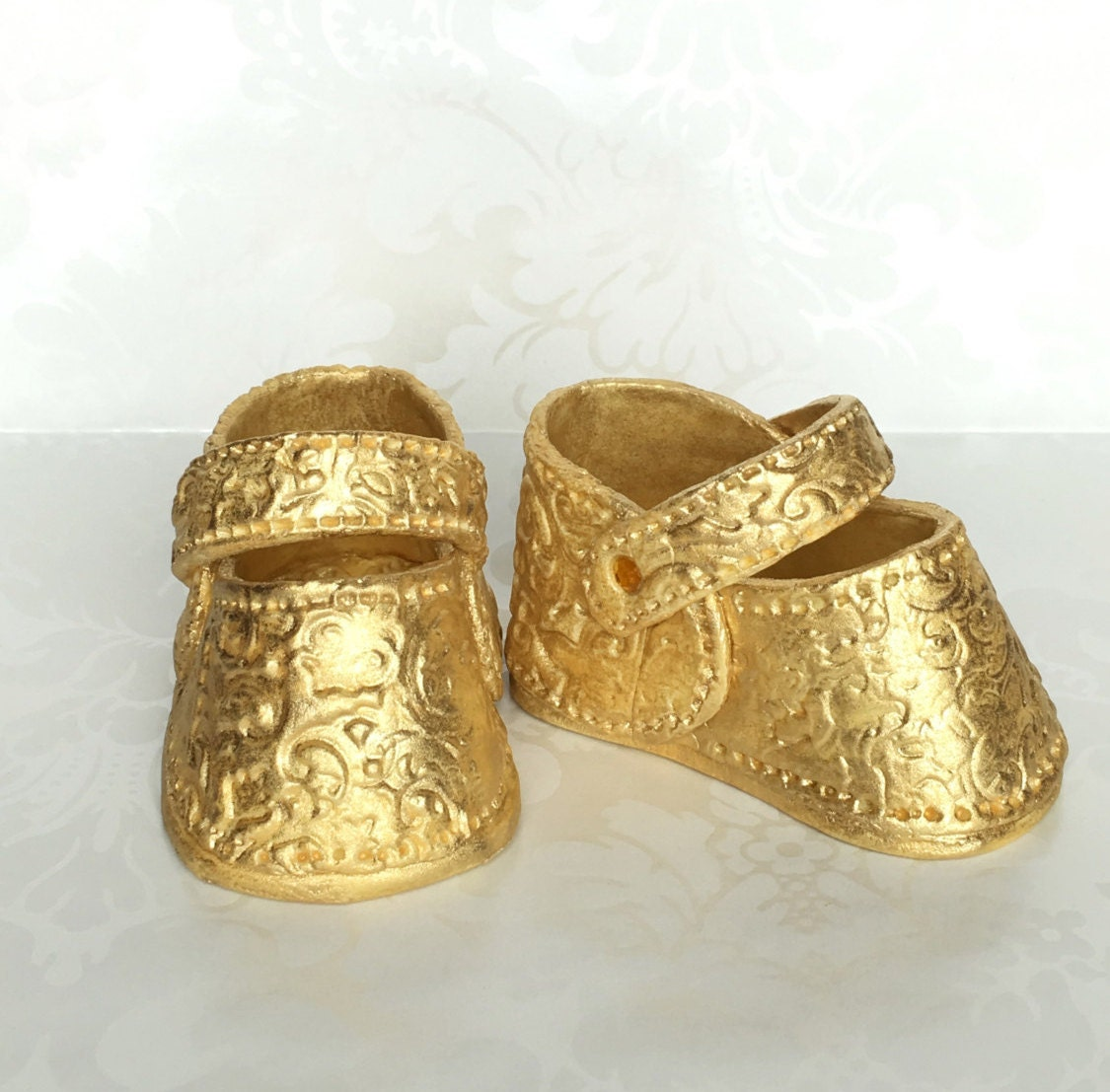 Celebrate the birth of a newborn with our incredibly cute baby charms, available in gold and silver.