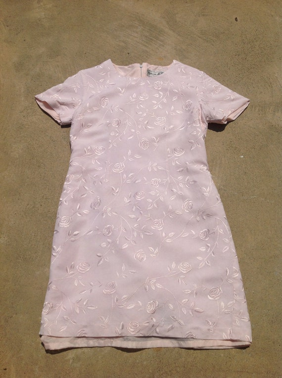 Vintage VICTORIA HOLLEY 90s Pale pink polyester-lined dress // Short-sleeve dress with embroidered rose print // 90s does 50s // Size 10