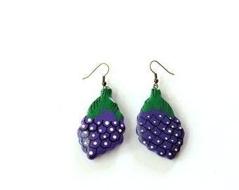 hand painted grapes earrings . vintage fruit earrings . purple grape earrings . 1980s dangle piereced earrings
