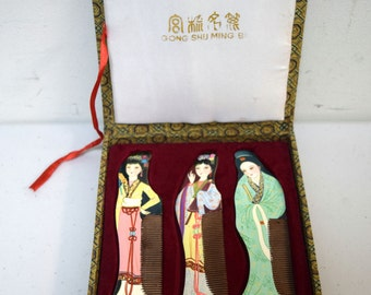 Vintage Gong Shu Ming Bi Boxed Set of Three Hand Painted Wood Combs Geisha NOS