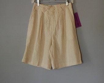 1970s linen shorts / high waisted pin tucked linen shorts / pin up shorts / s / m