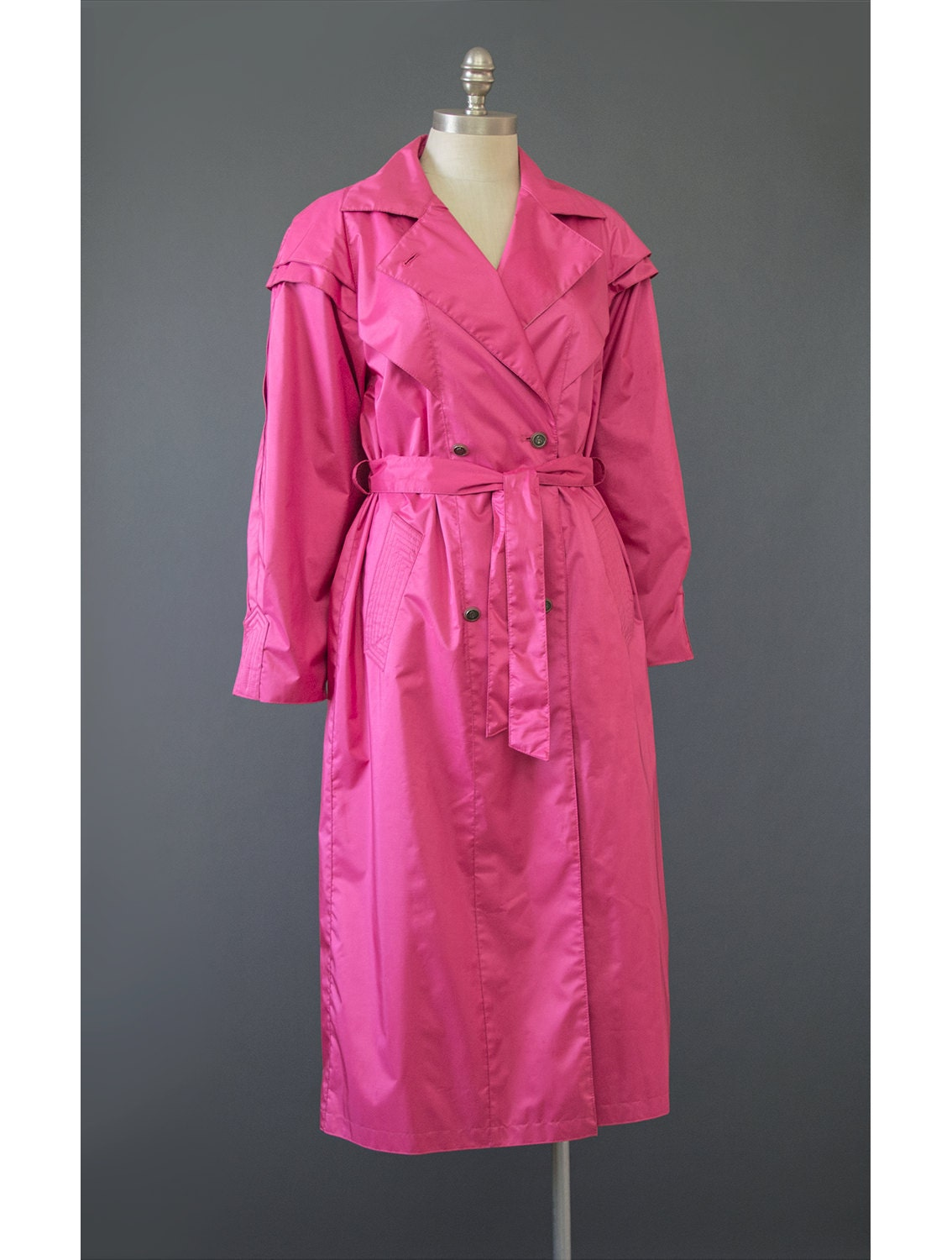 Falling at or just above the knee, modern trench coat designs may feature removable lining, rendering the coat usable for both rain and cold weather. You may also find trench coats made of non-traditional materials such as denim, wool, or cotton blends, all of which pair well with skirts or leggings.
