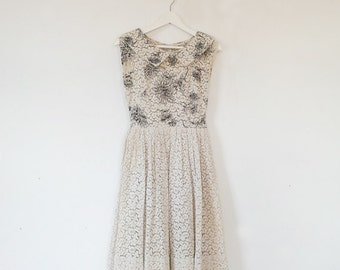 1950s Cream Lace Fit and Flare Dress 50s Vintage Cotton Black White Floral Print Sundress Full Skirt Small XS Summer Garden Party Dress