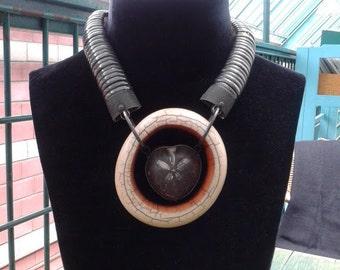 HOMMAGE À  MARIANNE. Collier en matières naturelles  (ivoire, oursin fossile, argent)