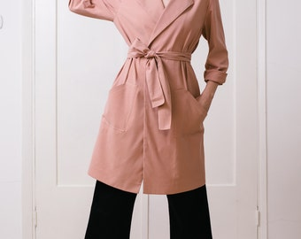 Light-weight trench coat with long sleeves and pockets in blush