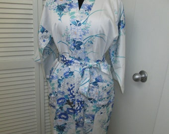 Gorgeous vintage never worn Japanese tie front fully lined robe w/ beautiful blue and white daisy floral pattern Silky polyester Size Large