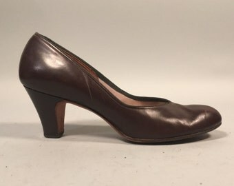 Vintage 1940s Shoes | 40s 50s Chocolate Brown Leather Babydoll Pumps | Size 8.5 / 9