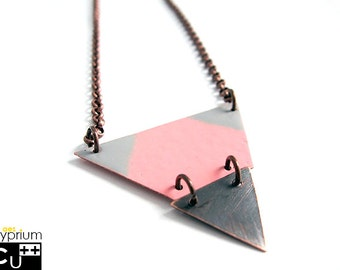 Geometric necklace with enamelled pink and gray triangular copper pendant and rolò brass chain