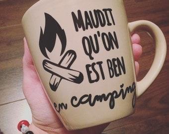 """Autocollant pour les amateurs de camping """"Maudit qu'on est ben en camping"""" pour coller sur les tasses de café, verres de bière, pot Mason"""
