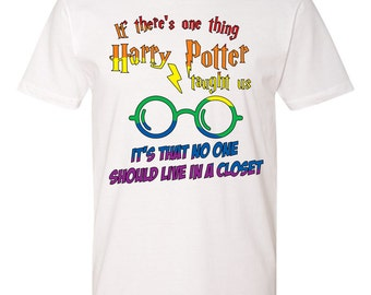 Potter no one should live in a closet Tshirt - Harry Potter fans - lgtb - hogwarts - out of the closet - rainbow theme - pride