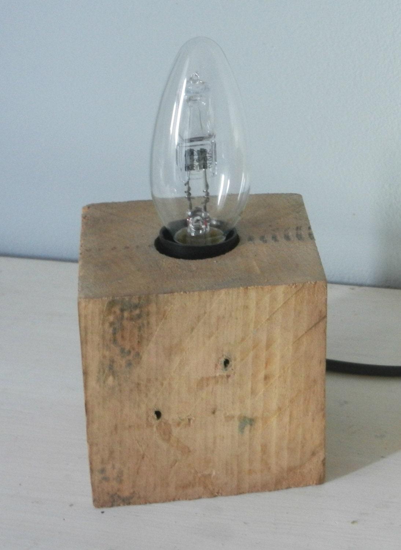 lampe cube en bois brut de palette recycl en luminaire. Black Bedroom Furniture Sets. Home Design Ideas