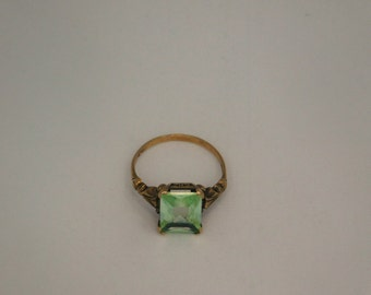10K Yellow Gold Ring with Green stone