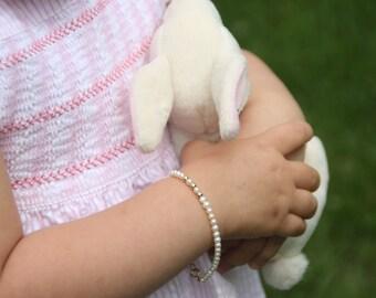 Girl bracelet. Children Pearl bracelet. Gold bracelet for girls. Baby jewelry. Flowergirl gift. Children Jewelry. Silver jewelry for babies.
