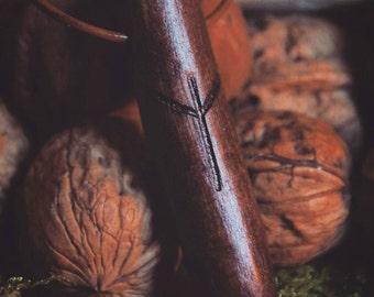 Holzkette mit Runen