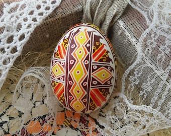 Традиционная украинская писанка ручной работы на курином яйце
