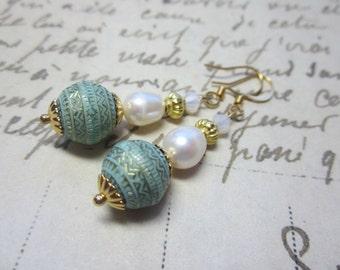 Light Green and Gold Vintage Lucite Earrings.  Light Green Lucite and White Pearl Earrings. Spring Earrrings.