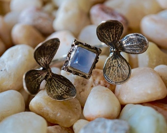 Gorgeous 2 Flower and chalcedony two finger Rings Sterling Silver adjustable size  made by Zulasurfing