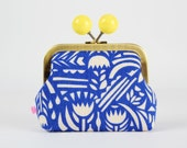 Metal frame coin purse with color bobble - Botanica in cobalt blue - Color dad / Ellen Luckett Baker / EXCLUSIVE / Rough cut / Yellow pink
