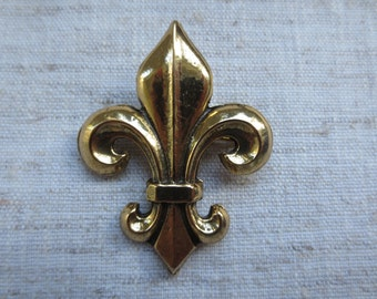 Vintage fleur de lis Zentall design gold tone metal pendant brooch pin. Lot of 1 brooch pin.
