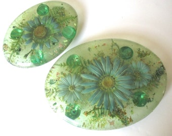 Green Resin Tivets, Vintage Tacky Hotplates with Light Blue Daisies