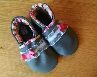 baby girls shoes gray lace and bows real leather size 6/ 18-24 months little girls mud turtles