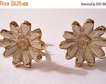 ON SALE White Daisy Flower Screwback Earrings Gold Tone Vintage Comfort Adjustable Large Round Scallop Edge Petals