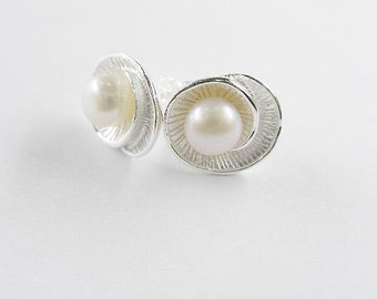 1 pair of 925 Sterling Silver Shell  Stud Earrings 10x11 mm.With Pearl.  :er0521