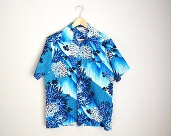 July SALE - 15% Off - Vintage 60s 70s Blue Floral Hawaiian Shirt // mens medium