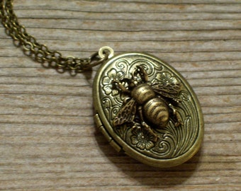 Antiqued Brass Bee Locket, Brass Floral Locket, Bronze Flower Locket, Oval Brass Locket Pendant, Bee Locket, Bee Jewelry, Nature Necklace