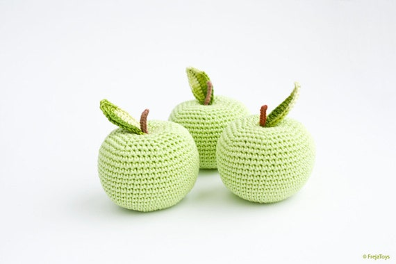 Crochet apple (1 pc) - baby rattle, crochet rattle, pretend play, play food, eco-friendly toy - FrejaToys