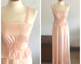 80's (does 40's) PINK LACE NIGHTGOWN - Peplum Waist // Tatted Lace // Salmon Pink // Elegant // Boudioir //Pin Up