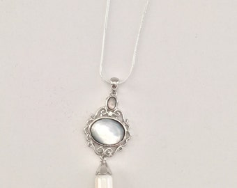 Silver Shell Pendant Necklace with Rhinestone